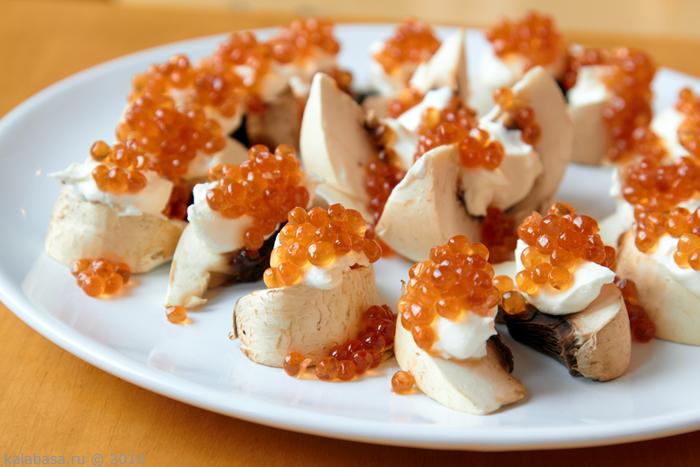 Закуска из соленых грибов.  Соленые грибы порезать соломкой.