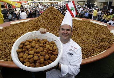 food foto beautiful food  Самая большая порция хумуса