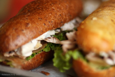 snack vse podryad sandwiches  Куриный сэндвич с грушей, шампиньонами и сырным соусом Шампиньоны Хлеб Сыр Сливки Курица Груши Грибы